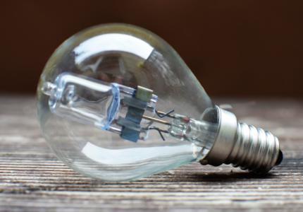 White LED lightbulb - Photo by Breakingpic - Pexels / Canva